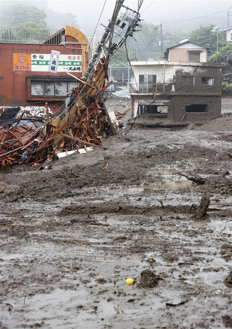 日本靜岡縣伊豆山區3日發生大規模土石流,約20人遭波及下落不明。氣象新聞公司weathernews指出,要避開土石流災情,事前掌握相關前兆很重要。(共同社)