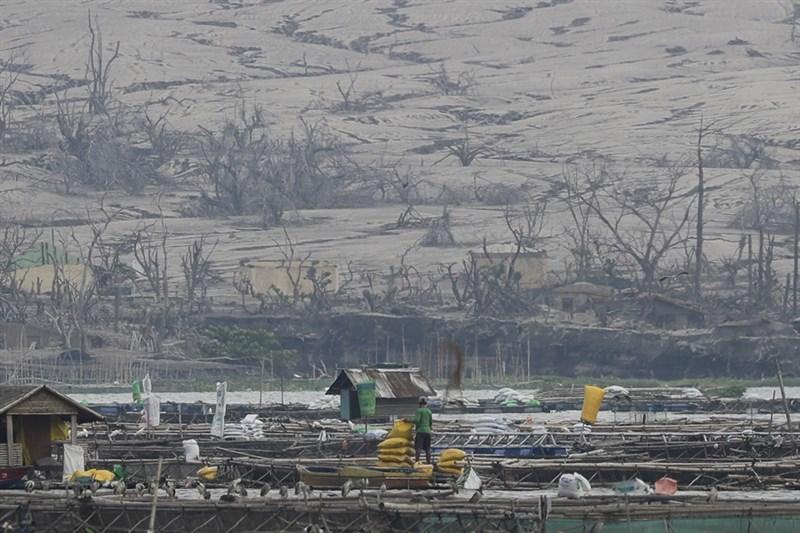 菲律賓首都馬尼拉附近塔爾火山過去一週持續噴發火山煙霧,塔爾湖岸滿布火山灰,空氣中更瀰漫著有毒氣體,超過2000人逃離家園。(美聯社)