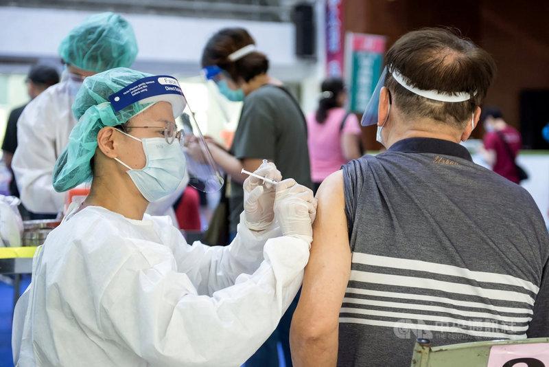 嘉義市衛生局5日將再收到中央撥配美國捐贈的莫德納疫苗1萬80劑,其中6200劑提供70歲以上市民接種,7、8日將開放網路預約,接種時間則為9、10日。(嘉義市政府提供)中央社記者黃國芳傳真 110年7月4日