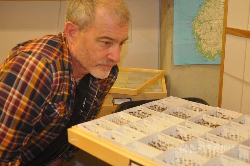 加州科學館的知名昆蟲學家費雪25年來致力建立螞蟻DNA資料庫、記錄其進化史。他說,以螞蟻作為環境觀察指標有其重要性。中央社記者周世惠舊金山攝 110年7月4日