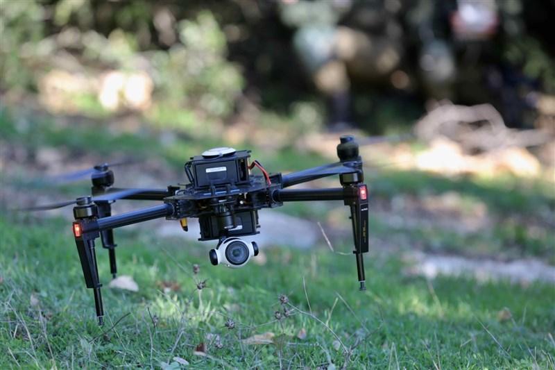 以色列國防軍5月中空襲加薩走廊時,利用無人機蜂群來定位、辨識並攻擊哈瑪斯武裝分子。據信這是全球首見無人機蜂群參與實戰,也是世上第一場人工智慧戰爭。(圖取自facebook.com/idfonline)