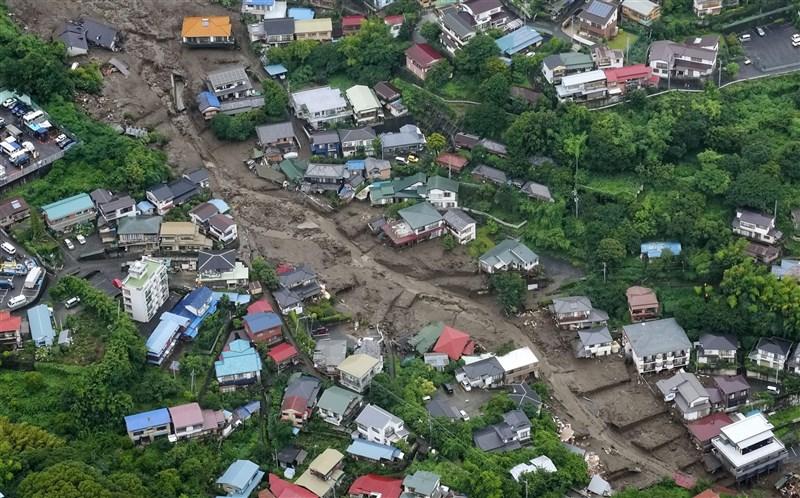 日本靜岡縣熱海市4日發生大規模土石流,有民眾說事發前聽到地鳴般巨響。(共同社)