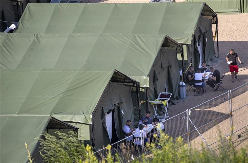 立陶宛已宣布進入緊急狀態,以因應過去數天從鄰國白俄羅斯湧進的移民。立陶宛也設立帳篷來安置人數日增的移民。(美聯社)