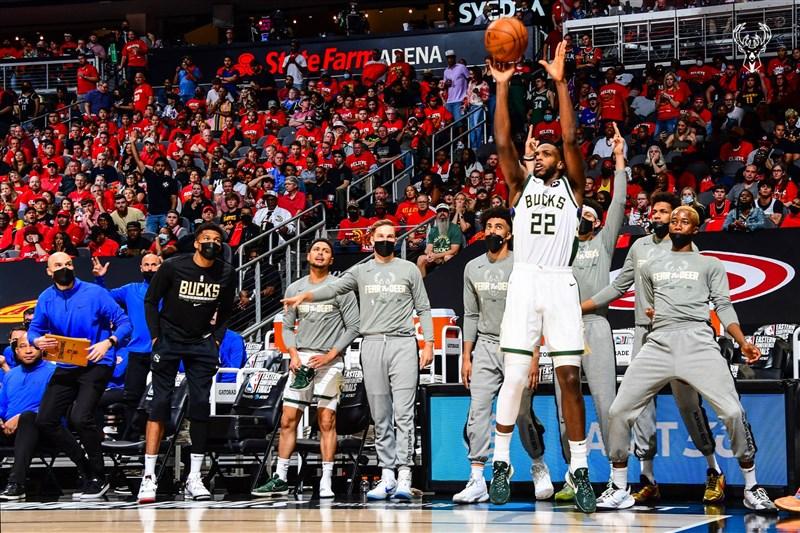 NBA公鹿隊密道頓(前)3日在賽中轟下全場最高32分,帶領球隊擊敗地主老鷹,贏得東區冠軍。(圖取自twitter.com/Bucks)