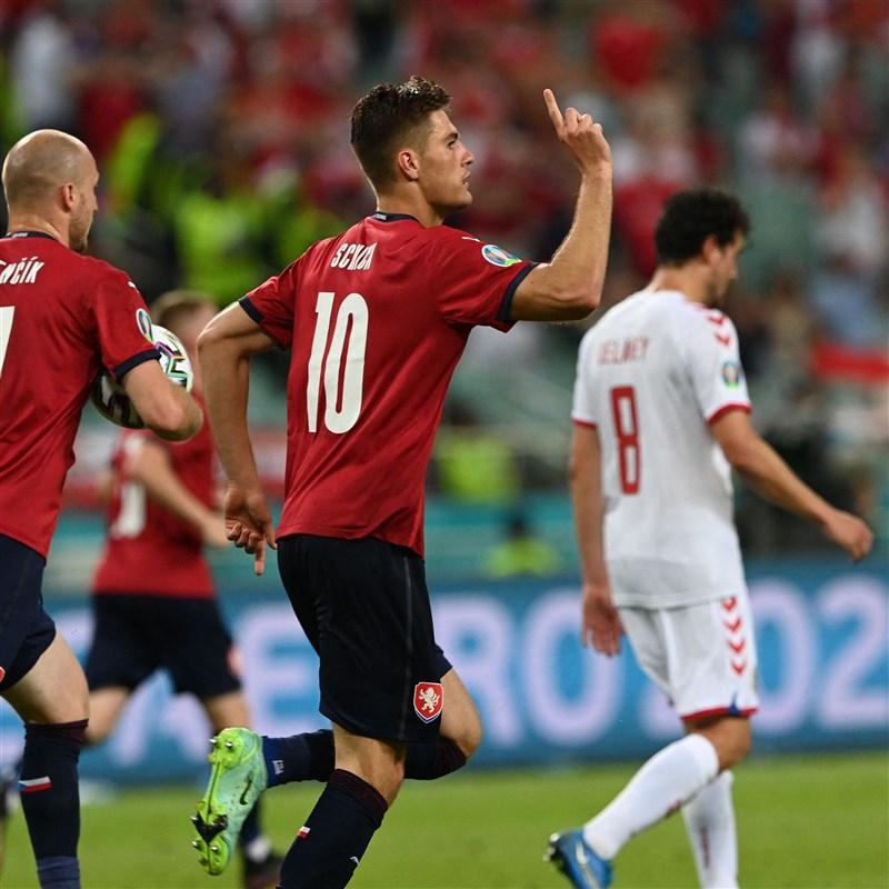 捷克3日在2020歐洲國家盃8強賽上半場被丹麥踢進2球,儘管希克(前中)下半場為捷克追回一球,最終也無力回天。(圖取自twitter.com/EURO2020)