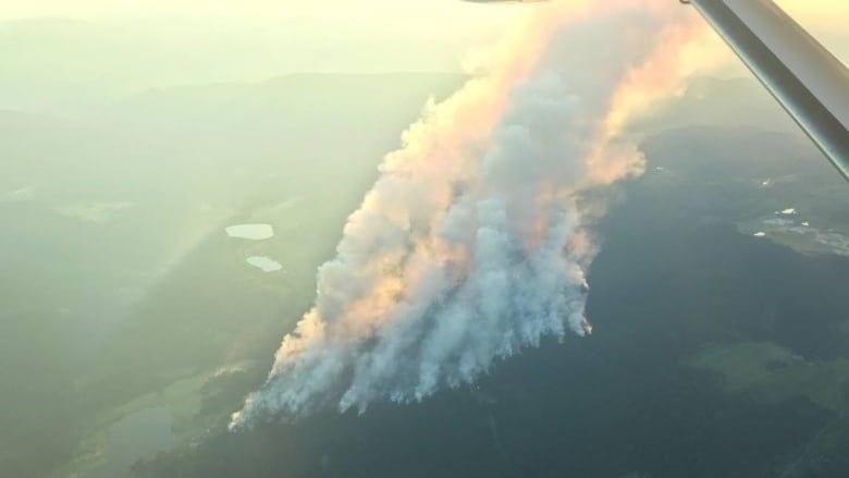 加拿大7月起接連發生170多場野火讓消防人員疲於應付,在破紀錄的熱浪和極度乾燥環境下,渥太華當局警告,接下來會有漫長且挑戰重重的夏季。(圖取自twitter.com/CBCKamloops)