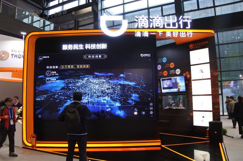 中國國家網信辦4日晚間勒令下架滴滴出行網路叫車App,並表示滴滴「嚴重違法違規」蒐集使用個人訊息。圖為2016年「互聯網之光博覽會」滴滴出行攤位。(中央社檔案照片)