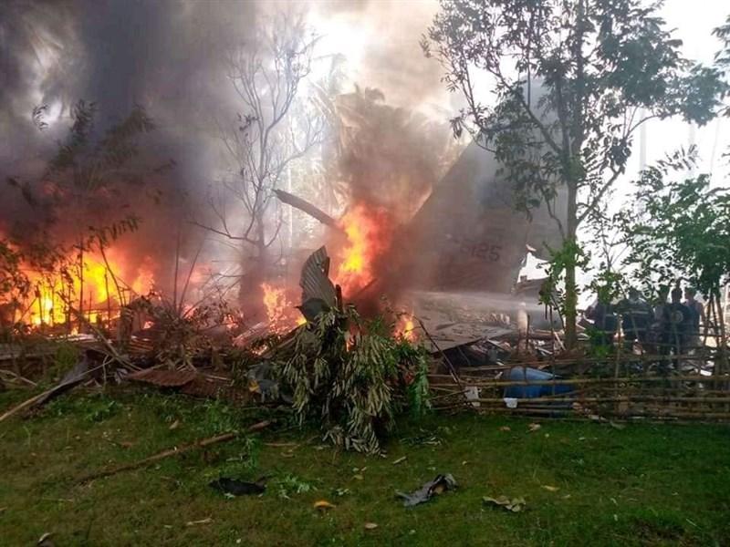 菲律賓一架C-130運輸機4日降落時未對準跑道失事在南部墜落陷入一片大火,機上載有近百名結訓軍人,已知造成29人死亡50人受傷。(圖取自facebook.com/pondohan.tv)