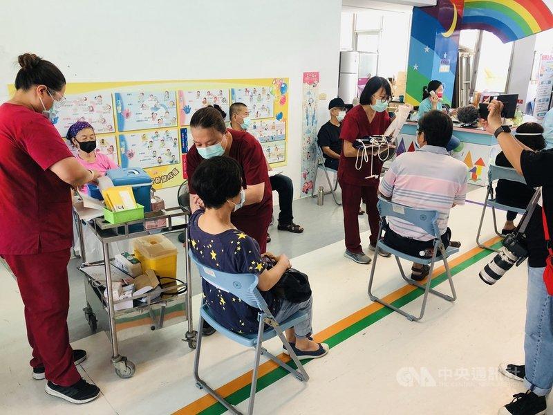 台東縣5日開始施打武漢肺炎莫德納疫苗,不少長者由家人陪同前往接種疫苗,各地施打情況順暢。(台東縣政府提供)中央社記者李先鳳傳真 110年7月5日