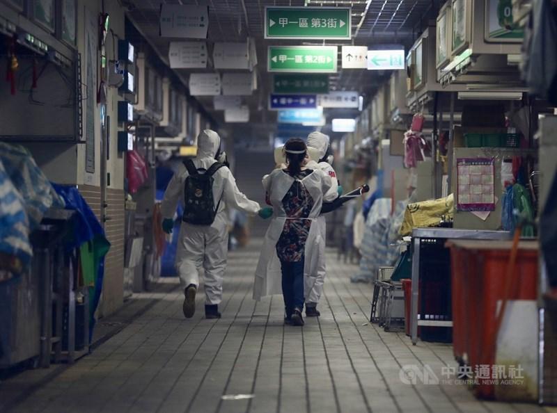 國內COVID-19疫情持續,台北市環南市場攤商PCR檢測陽性人數增加,國軍化學兵4日到市場進行環境消毒。中央社記者張皓安攝 110年7月4日