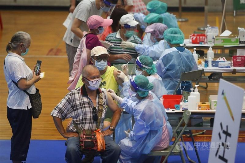 中央流行疫情指揮中心發言人莊人祥4日表示,3日疫苗接種14萬9000多人次,截至目前為止,累計接種243萬7809人次,疫苗接種人口涵蓋率約10.18%。圖為新北一處大型接種站醫護人員替民眾施打疫苗。(中央社檔案照片)