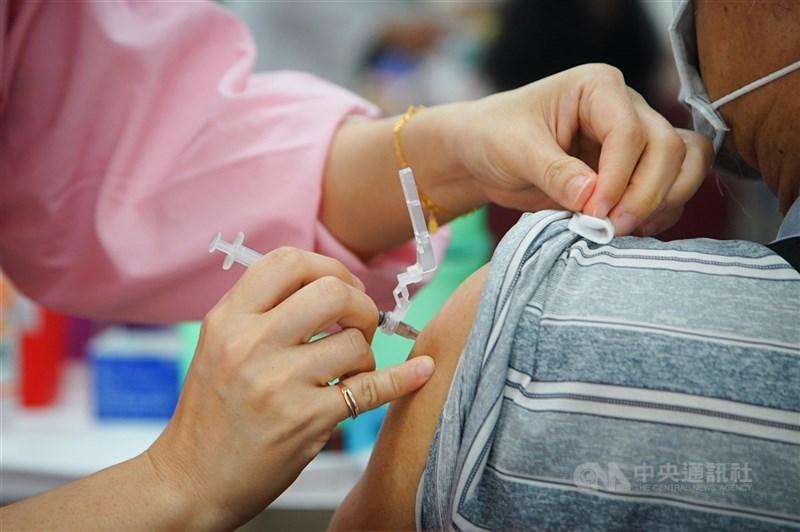 台灣COVID-19公費疫苗預約平台網站上線,6日上午10時起在金門、馬祖、澎湖試辦。(中央社檔案照片)
