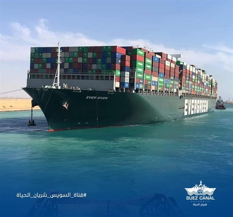 埃及蘇伊士運河管理局4日表示,已和長榮海運巨型貨櫃輪長賜輪日本船東正榮汽船達成協議,長賜輪預計將在7日獲准駛離。(圖取自facebook.com/SuezCanalAuthorityEG)
