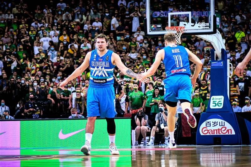 美國職籃NBA達拉斯獨行俠球星唐西奇(左)4日在奧運男籃資格賽繳出大三元,率斯洛維尼亞打進奧運。(圖取自twitter.com/kzs_si)