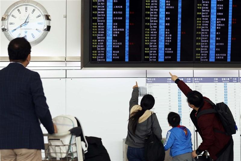 據入境事務處出入境紀錄數字,過去一年經香港機場淨移出的香港居民近10萬9000人。圖為香港國際機場旅客在電子看板前觀看航班訊息。(中新社)