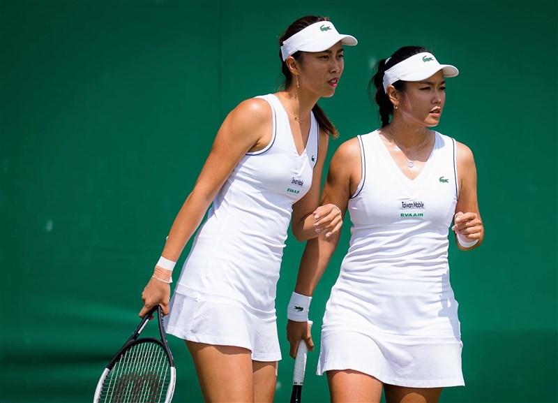 台灣網球雙打姊妹花詹詠然(右)與詹皓晴(左)5日在溫布頓網球錦標賽女雙16強,以4比6、6比2、6比2擊敗英國組合。(圖取自facebook.com/angelhcchan)