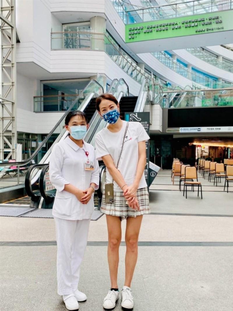 藝人賈永婕(右)近期奔波捐贈醫療物資,日前送至淡水馬偕醫院時竟有一場驚喜際遇。(圖取自賈永婕的跑跳人生臉書網頁facebook.com)