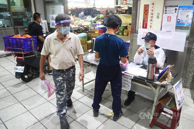 台北市3大批發市場爆發疫情,環南市場休市3天,6日重新開市,復業後出入口進行人流管制,查驗PCR陰性證明才可入場。中央社記者王騰毅攝 110年7月6日