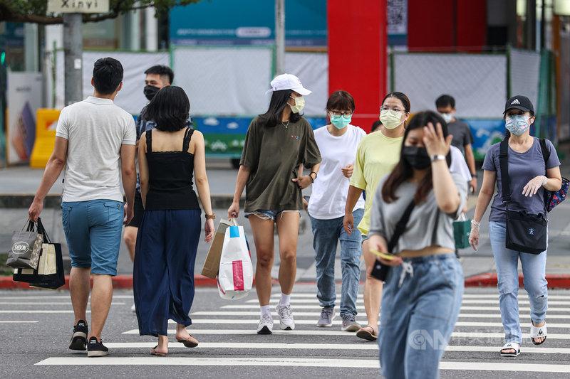中央流行疫情指揮中心指揮官陳時中6日表示,經大規模篩檢、匡列隔離後,初步研判國內疫情相對安全,在好的預防措施前提下,13日後高強度管制可走向開放。圖為民眾戴好口罩上街購物。中央社記者鄭清元攝 110年7月6日
