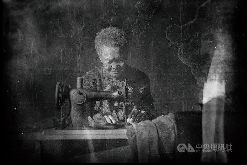 苗栗縣籍攝影家曾進發參加2021MIFA莫斯科國際攝影賽,勇奪2金5銀2銅,其中一項金獎作品以消失中的傳統文化技藝為主題,拍攝90歲母親操作縫紉機等系列照片,細膩刻畫往日時光。(曾進發提供)中央社記者管瑞平傳真  110年7月6日
