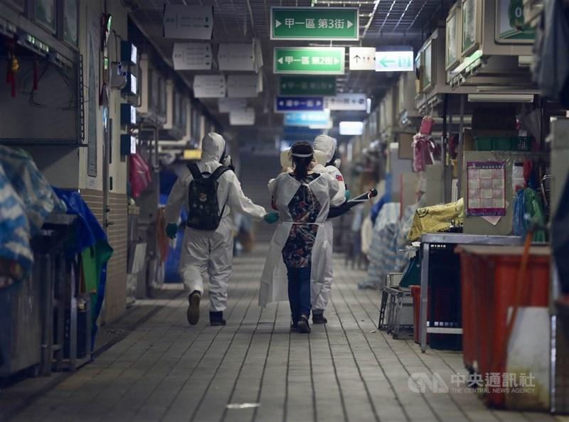 指揮中心指揮官陳時中6日宣布,北農及環南市場群聚事件基因定序出爐,為最早在英國發現的Alpha變種病毒。圖為國軍化學兵4日到環南市場進行環境消毒。(中央社檔案照片)