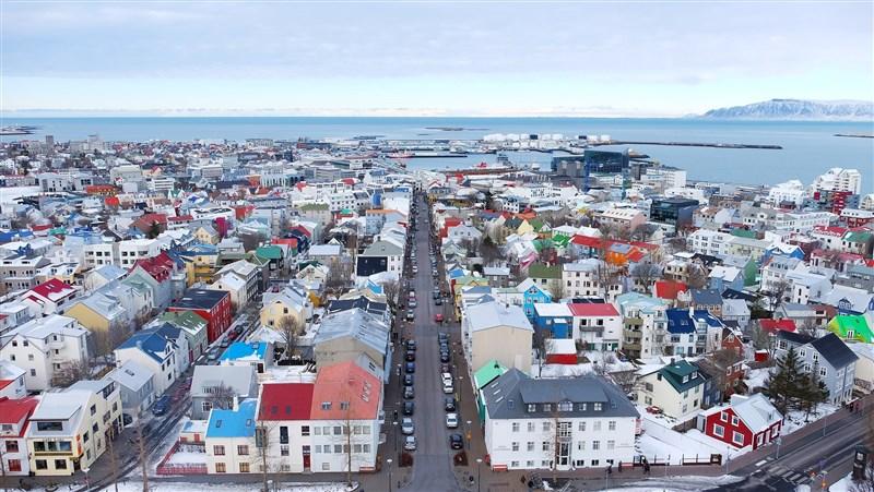 冰島實施一項大規模前導實驗計畫發現,每週工作4天的人不僅更幸福,工作產能也更好。圖為冰島首都雷克雅維克。(圖取自Pixabay圖庫)