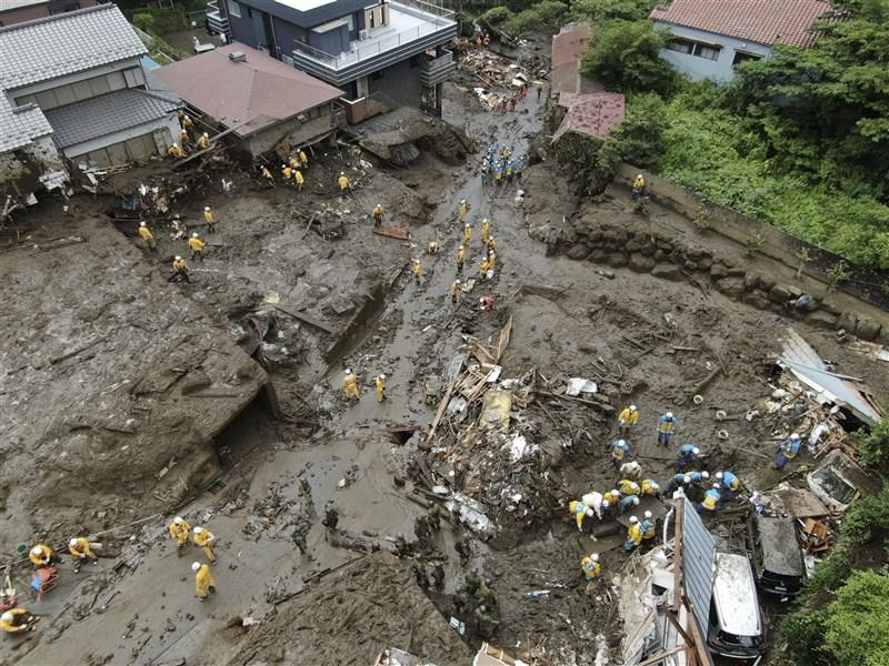 日本靜岡縣熱海市伊豆山地區3日發生大規模土石流,造成4死29失聯嚴重災情。(共同社)