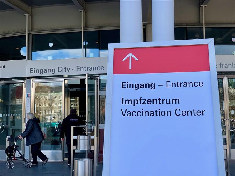 德國政府專家小組建議,至少要有8成5人口完成2劑疫苗接種,才能預防秋天爆發Delta變種病毒的疫情。圖為3月德國民眾進出疫苗接種中心。(中新社)