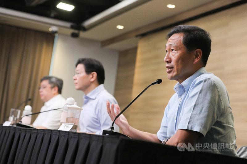 新加坡衛生部長王乙康(右)7日表示,當地一項研究顯示,接種疫苗對於防止感染Delta變異株的保護力為69%。(新加坡通訊及新聞部提供)中央社記者侯姿瑩新加坡傳真 110年7月7日