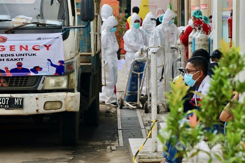 印尼7日通報新增確診3萬4379例,另新增1040人染疫不治,雙雙創下單日新高紀錄。(中央社檔案照片)