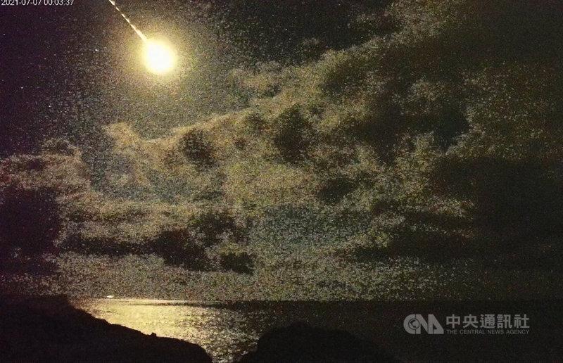 台灣東部7日凌晨夜空出現巨大隕石劃過天際場景,並伴隨巨大火光,閃爆照亮了太平洋海面。(截圖東管處即時影像攝影)中央社記者盧太城台東傳真 110年7月7日