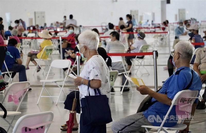 民眾接種武漢肺炎疫苗意願提升,有醫師建議比照殘劑開放預約爽約劑,指揮中心指揮官陳時中7日表示,擬規劃現場補登記。圖為高雄市6日持續針對高齡族群接種疫苗。中央社記者董俊志攝 110年7月6日
