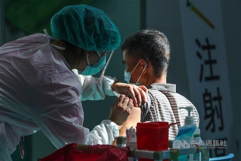 行政院政委唐鳳規劃的疫苗預約平台上線短短1天,全國已湧入逾148萬人登記。(中央社檔案照片)