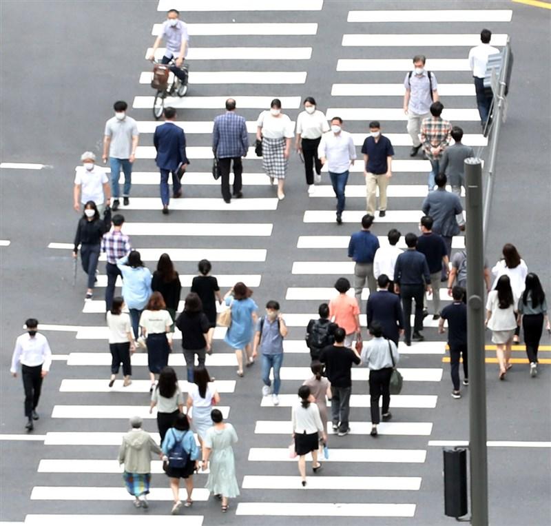 韓國6日COVID-19單日新增超過1200例,原訂8日開始降級的防疫措施再延長1週。圖為7日首爾市街景。(韓聯社)