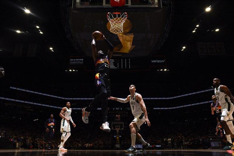 NBA總冠軍賽6日開打,太陽3劍客打出精彩一役,保羅轟下全場最高32分、布克貢獻27分,艾頓(前中)拿下22分,以118比105擊敗公鹿。(圖取自twitter.com/Suns)