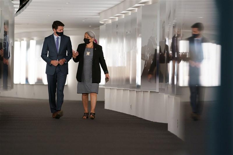 加拿大在面對以往殖民歷史的同時,加拿大總理杜魯道(左)6日任命伊努特族領袖西蒙(右)為首任原住民出身的加拿大總督。(圖取自twitter.com/JustinTrudeau)