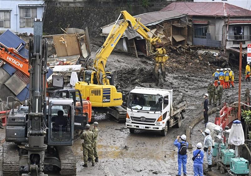 日本靜岡縣副知事難波喬司7日對土石流起點的填土造地施工方法,表達並不適當的看法。圖為警消與自衛隊移除大量泥土,7日持續在熱海市伊豆山地區搜救。(共同社)