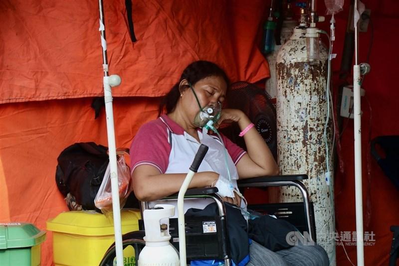 COVID-19疫情流行,印尼通報新增確診和病逝人數,雙雙創下單日新高紀錄。圖為6月25日印尼西爪哇勿加西縣立醫院畫面。(中央社檔案照片)