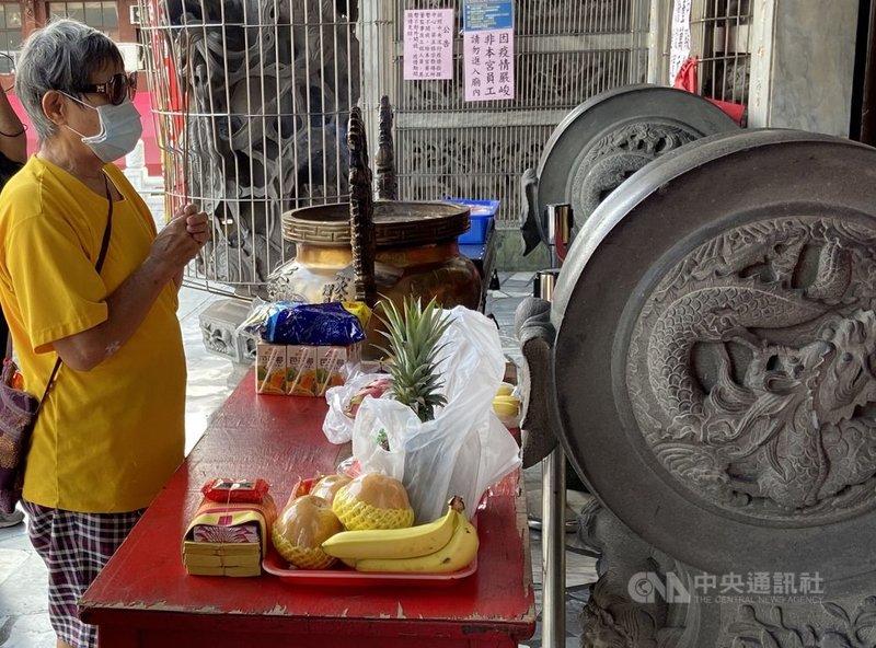 中央流行疫情指揮中心副指揮官陳宗彥說,宗教場所13日起將有條件開放。中央社記者董俊志攝 110年7月8日