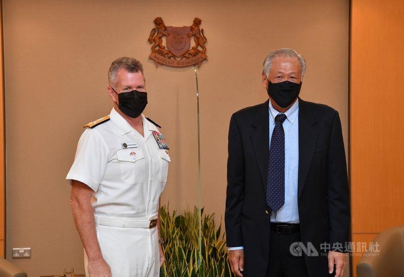 美國太平洋艦隊司令帕帕羅(左)訪問新加坡,8日拜會新加坡國防部長黃永宏。(新加坡國防部提供)中央社記者侯姿瑩新加坡傳真  110年7月8日