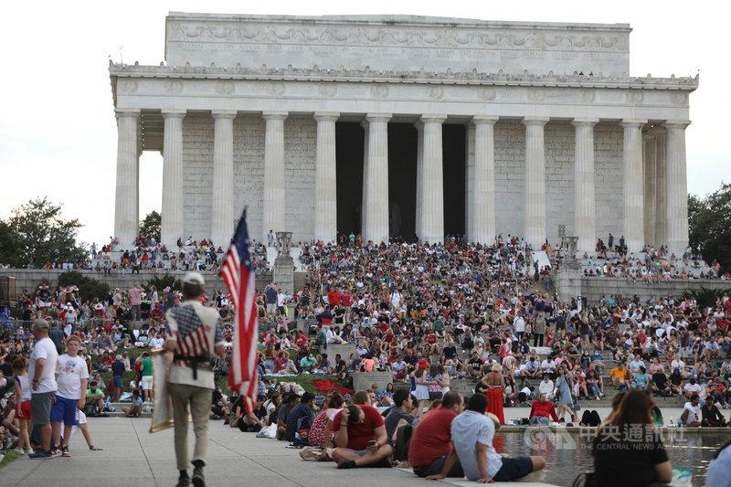7月4日是美國國慶日,距離晚上煙火施放3個多小時前,就有大批民眾湧入華府國家廣場,且幾乎沒人戴口罩,彷彿回到疫情前生活。中央社記者徐薇婷華盛頓攝 110年7月8日