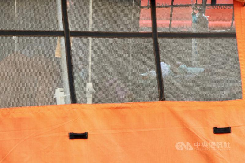 印尼疫情嚴峻,醫療資源不足,澳洲政府7日指出,將捐贈疫苗、製氧機、抗原快篩試劑等,協助抗疫。圖為勿加西縣立醫院外帳篷收治確診病人,攝於6月30日。中央社記者石秀娟勿加西攝 110年7月8日