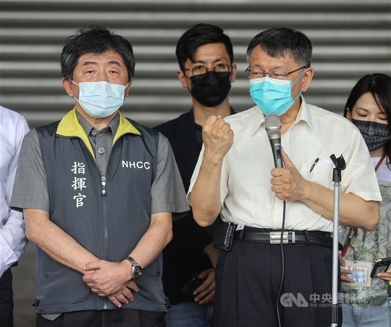 台北市長柯文哲(前右)7日稱日前與中央去環南市場視察是「被設局」。圖前左為中央流行疫情指揮中心指揮官陳時中。(中央社檔案照片