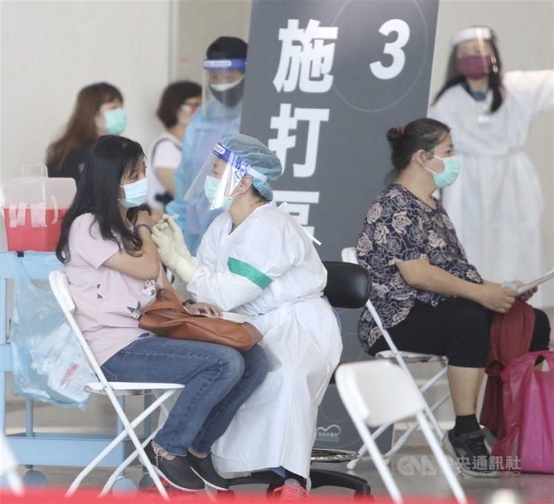 指揮中心發言人莊人祥8日晚間表示,COVID-19疫苗預約系統提前正式啟用,即日起供全國第9類及第10類對象意願登記,至12日下午5時止。(中央社檔案照片)
