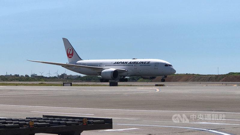 載運日本無償提供台灣第2批113萬劑AZ疫苗的日本航空公司班機,8日下午抵達桃園國際機場。中央社記者吳睿騏桃園機場攝 110年7月8日
