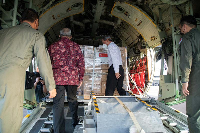 新加坡9日出動運輸機載運氧氣瓶、呼吸器及N95口罩等物資前往印尼,協助抗疫。新加坡外長維文(右2)將物資交給印尼駐星大使蘇里奧(左2)。(新加坡外交部提供) 中央社記者侯姿瑩新加坡傳真 110年7月9日