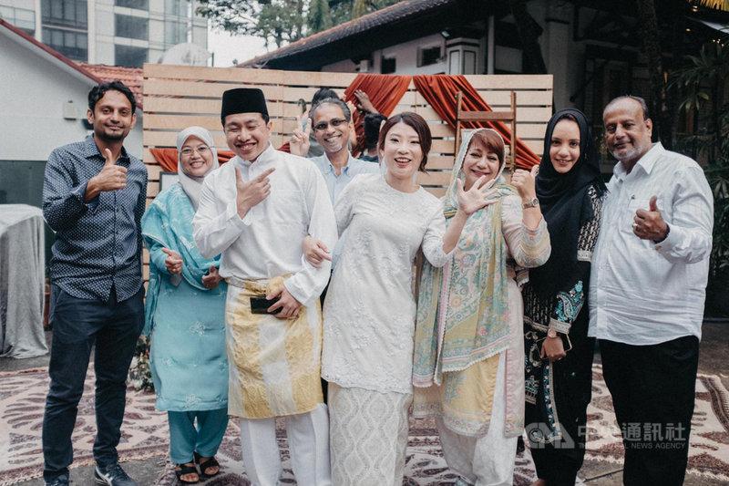 新加坡華人女子Adeline(右4)嫁給馬來人,她受訪時說,認識別的種族及宗教後發現,「原來他們的不一樣是一種美」。圖為Adeline婚禮當天與友人合照。(Adeline提供)中央社記者侯姿瑩新加坡傳真 110年7月9日