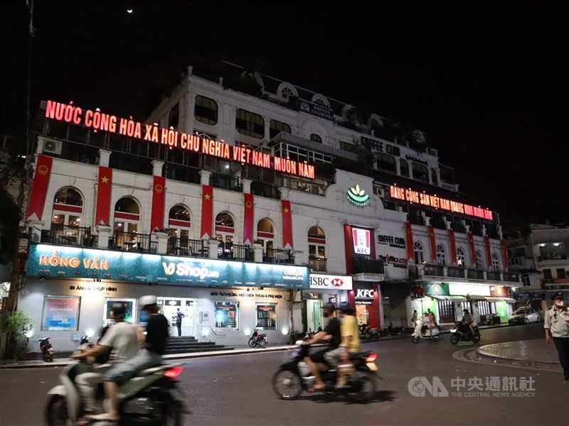 越南曾是防疫模範生,如今經濟重鎮胡志明市通報9000多人確診,9日進入為期兩週的封城。圖為河內市東京義塾廣場(Dong Kinh Nghia Thuc Square)。中央社記者陳家倫河內攝 110年7月8日