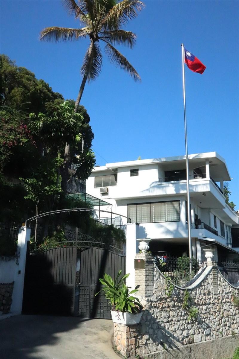 法新社報導稱台灣外交部發言人歐江安表示,使館在海地總統摩依士遭暗殺後「因安全理由」關閉,並稱8日黎明時分發現一群武裝分子闖入使館(圖)庭院。(圖取自www.facebook.com/TaiwanEmbassy.Haiti)