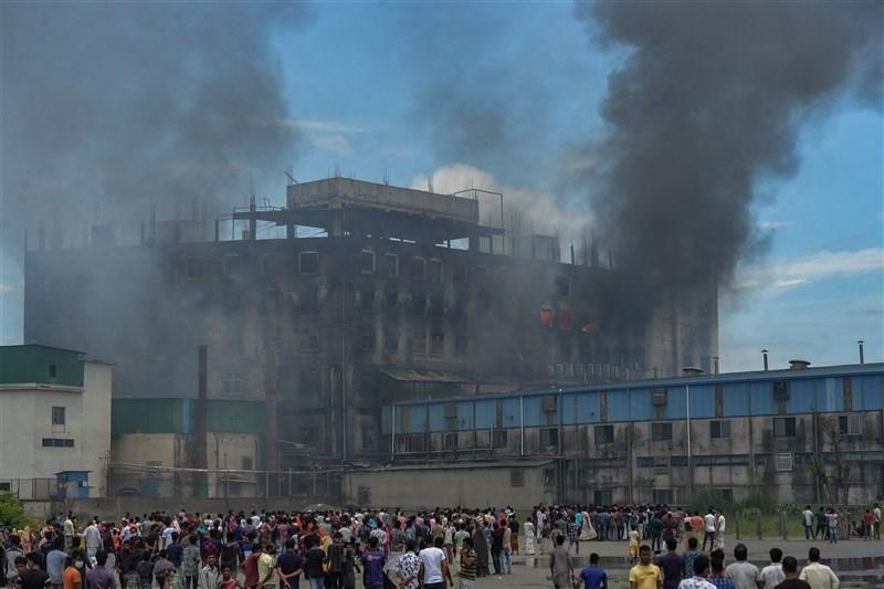 孟加拉一座6層樓高的工廠8日下午發生大火,許多受困高樓層的工人被迫跳樓逃生,目前至少造成52人喪生。(法新社)